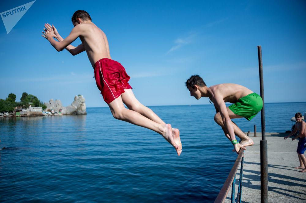 Turistas em uma praia municipal em Gurzuf, na Crimeia