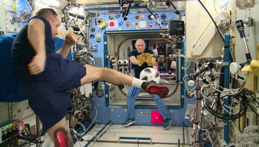 Cosmonautas russos, Anton Shkaplerov e Oleg Artemyev, jogam futebol na Estação Espacial Internacional