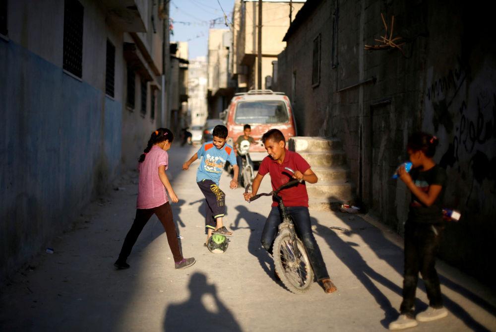Crianças palestinas brincam durante a semana santa do Ramadã em um campo de refugiados na Jordânia