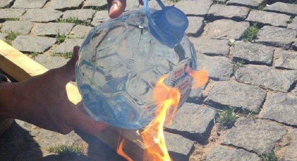 Uma garrafa de Fonte Sagrada pega fogo no sol.