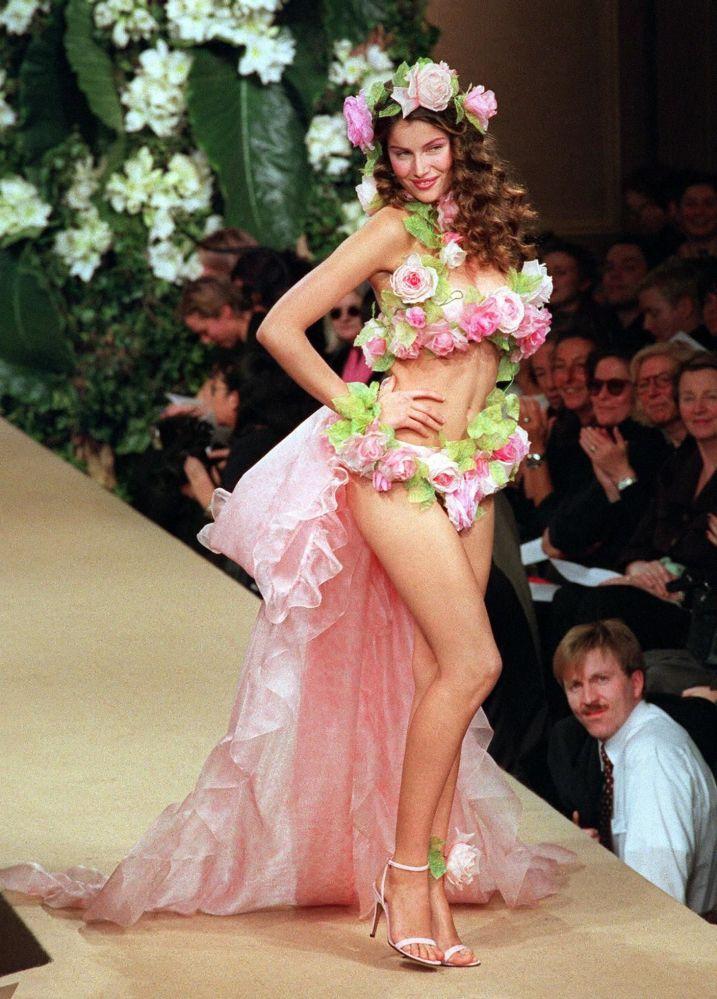Modelo francesa Laetitia Casta apresenta um vestido de noiva da coleção de Yves Saint-Laurent de Primavera/Verão de 1999, em Paris