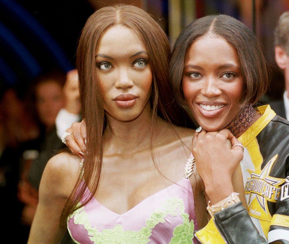 Modelo Naomi Campbell, à direita, posa junto à sua boneca de cera no Museu Madame Tussauds, em Londres