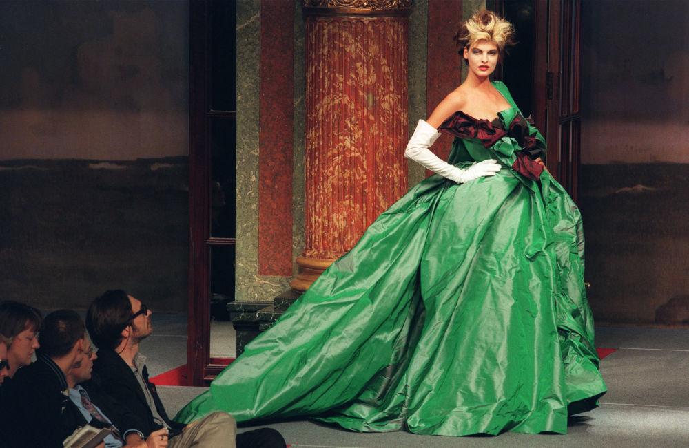 Modelo Linda Evangelista apresenta uma peça da coleção da designer britânica Vivienne Westwood em Paris, em 1995