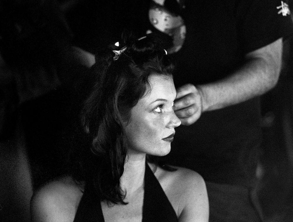 Modelo Kate Moss se prepara para sair ao palco durante a apresentação da marca Matthew Williamson, em 1999