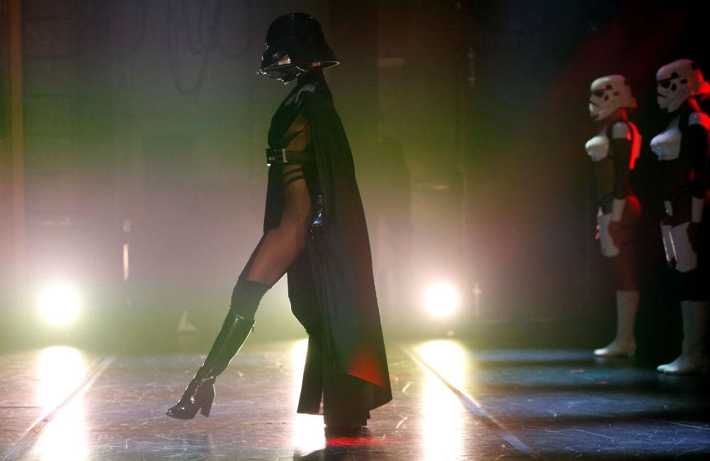 Mulheres dançam durante show de paródia celebrado na Califórnia, vestidas de stormtroopers, e, uma delas, de Darth Vader – grande chefe