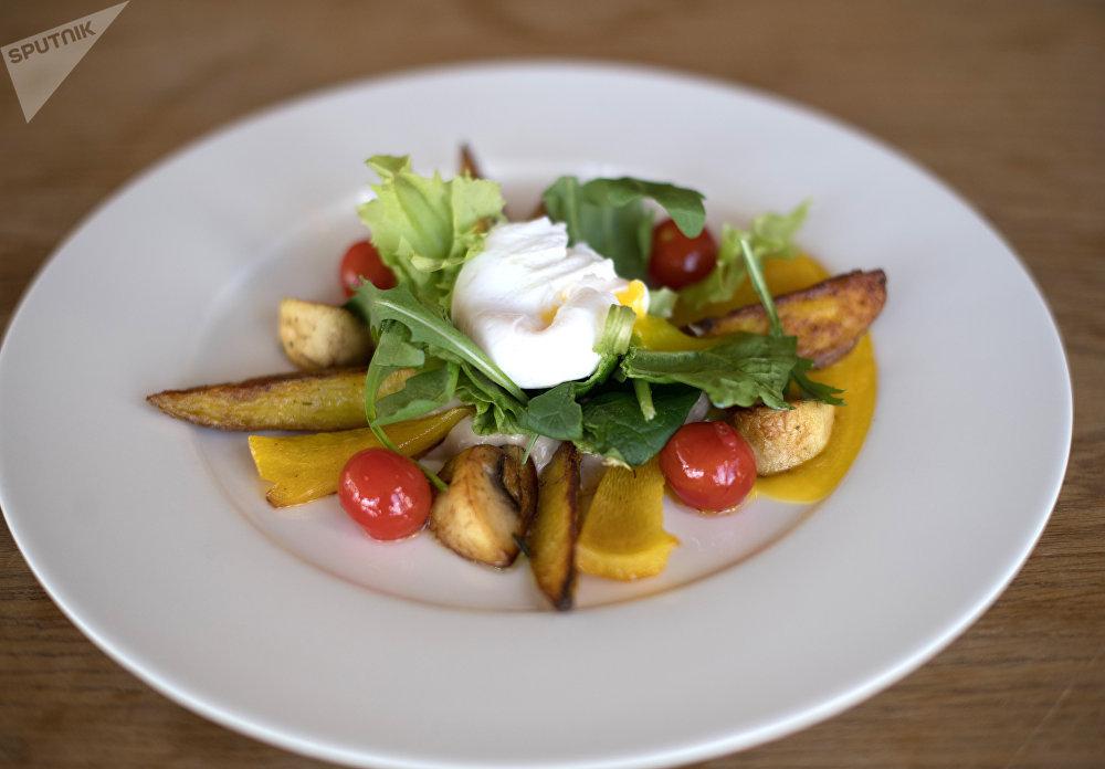 Salada de cogumelos, batata cozida e ovos escalfados do Restaurante Green Cafe em Rostov-no-Don