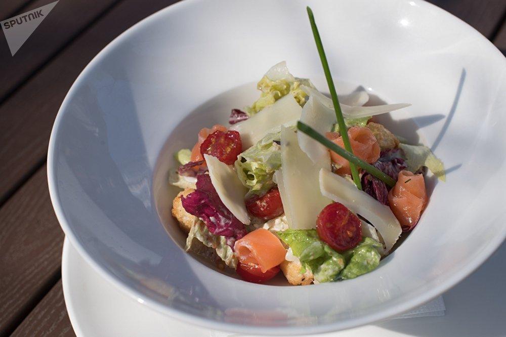 Salada com salmão do restaurante Rostov-Papa