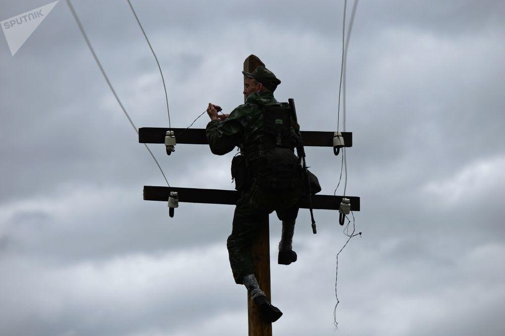 """Um participante do concurso """"Os melhores em reconhecimento militar"""" superando obstáculos no polígono de treinamento da Escola Superior de Comando Militar de Novossibirsk"""