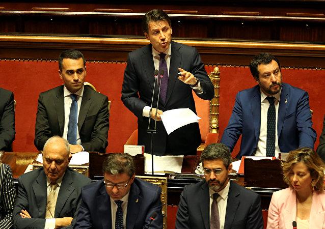 O novo primeiro ministro da Itália, Giuseppe Conte, está fazendo seu discurso perante o Senado italiano