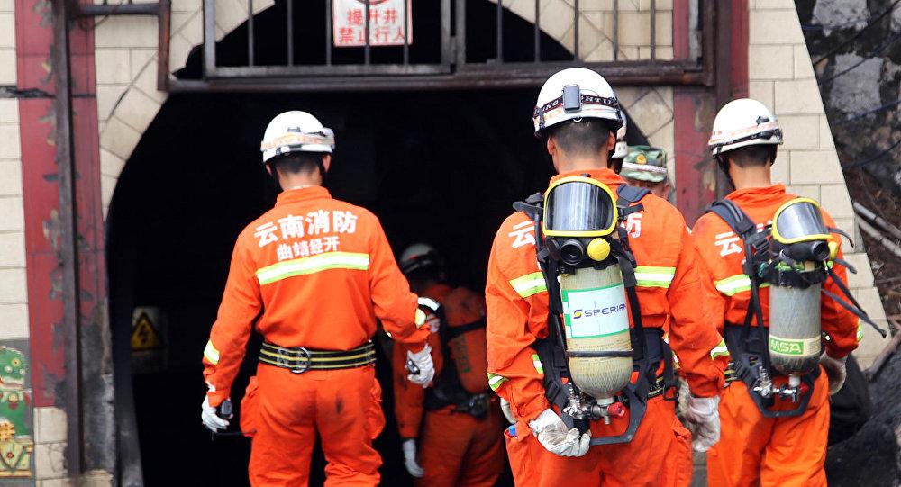 Bombeiros chineses entrando em uma mina (foto de arquivo)