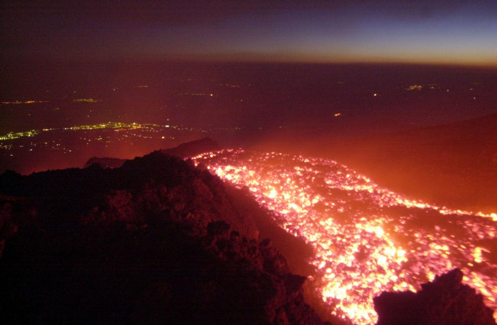 O vulcão Etna – situado nos arredores da comuna italiana de Catânia – entra em erupção