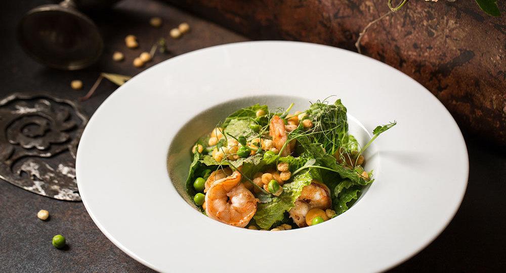 Salada de camarões, pipoca de cuscuz, abacate, ervilha e molho de frutas cítricas do Restaurante Baran-Rapan