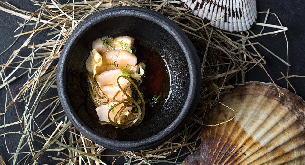Vieira coberta com glacê de capuchinha e caldo de Umami do Restaurante Baran-Rapan