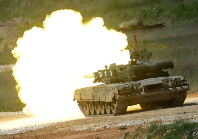 Tanque T-80 durante a mostra de equipamentos militares