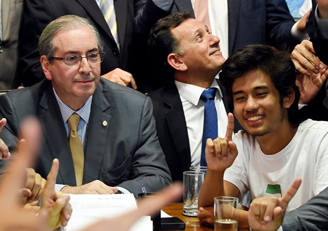 Eduardo Cunha (esquerda) recebe no seu escritório do Congresso Nacional, em Brasília, o coordenador nacional do MBL, Kim Kataguiri (direita).