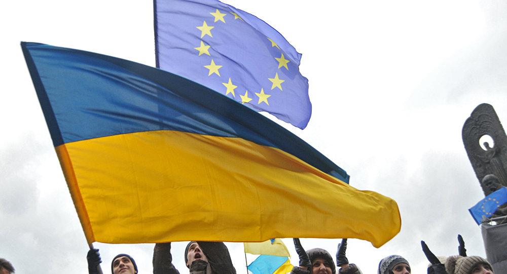 Bandeira da Ucrânia é hasteada em ato que pede a entrada do país na União Europeia