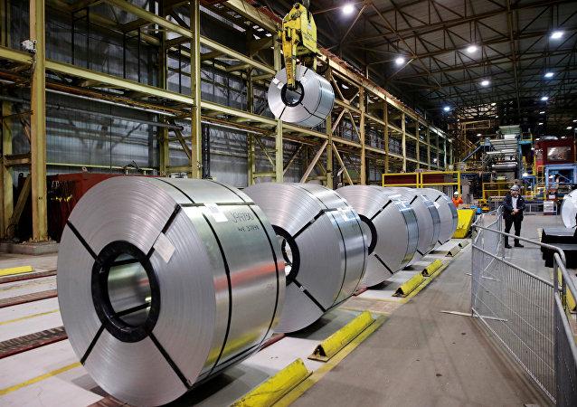 O aço laminado na usina siderúrgica da ArcelorMittal Dofasco em Hamilton, Canadá.