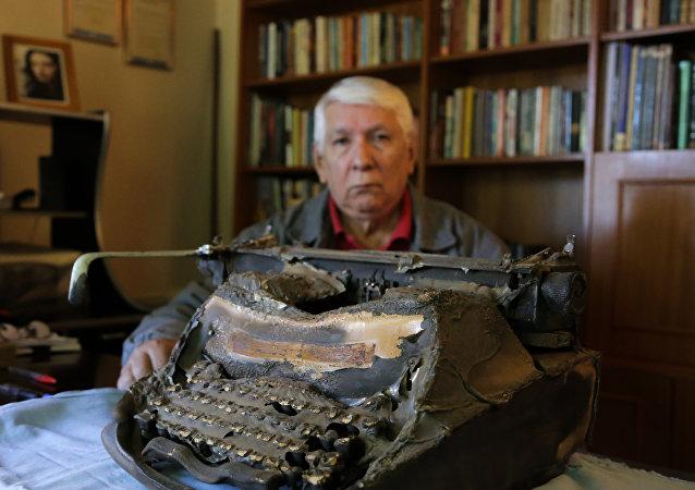 Escritor Brígido Ibanhes com sua máquina de escrever queimado pelo atentado que sofreu.
