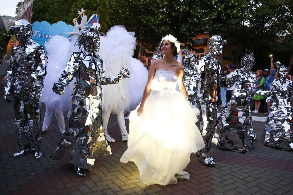 Um carnaval desfilando pelas ruas da cidade de Gelendzhik, no sul da Rússia, por ocasião do início da nova temporada turística