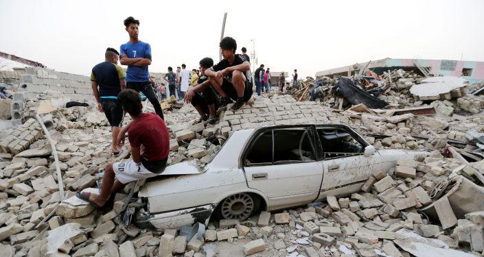 Pessoas se juntam no lugar de uma explosão no bairro de Sadr City em Bagdá, Iraque.