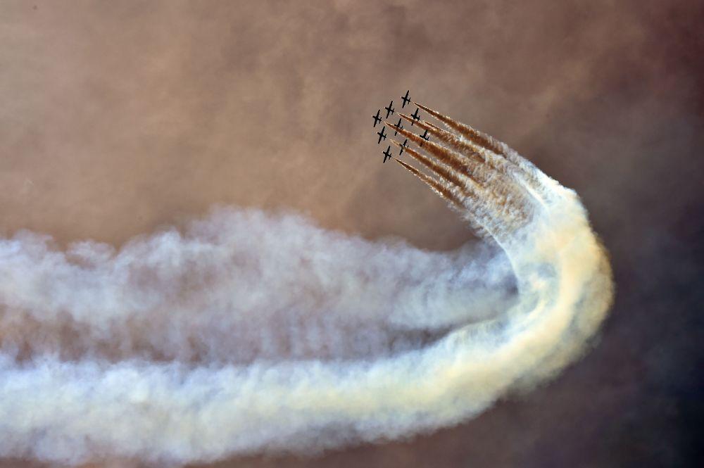 Esquadrilha de acrobacia aérea italiana Frecce Tricolori fazendo apresentação durante o Campeonato Mundial de Motovelocidade Moto GP.