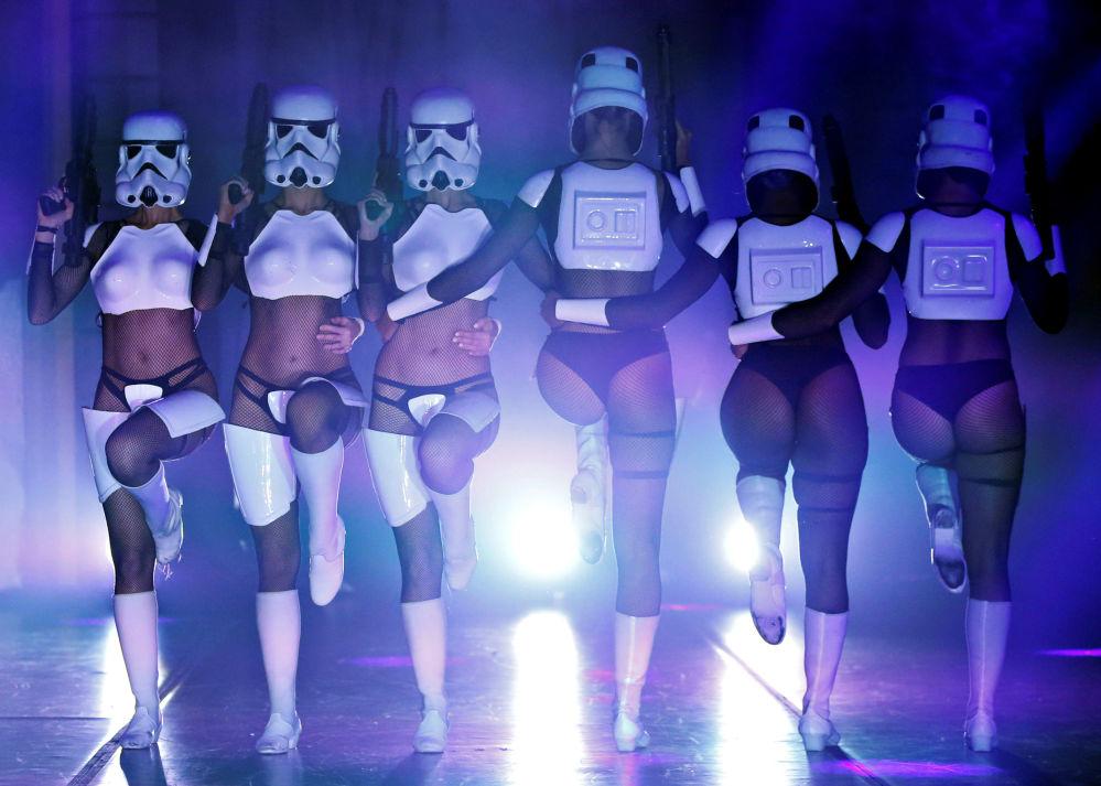 Dançarinas durante o show burlesco The Empire Strips Back: A Star Wars Burlesque Parody dedicado à saga Guerra nas Estrelas, em Los Angeles.