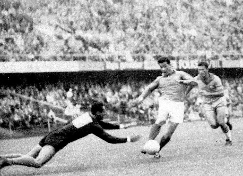Atacante francês Just Fontaine tenta driblar o goleiro brasileiro Gilmar durante a partida semifinal da Copa do Mundo entre Brasil e França 24 de junho de 1958 no estádio de Solna, em Estocolmo.