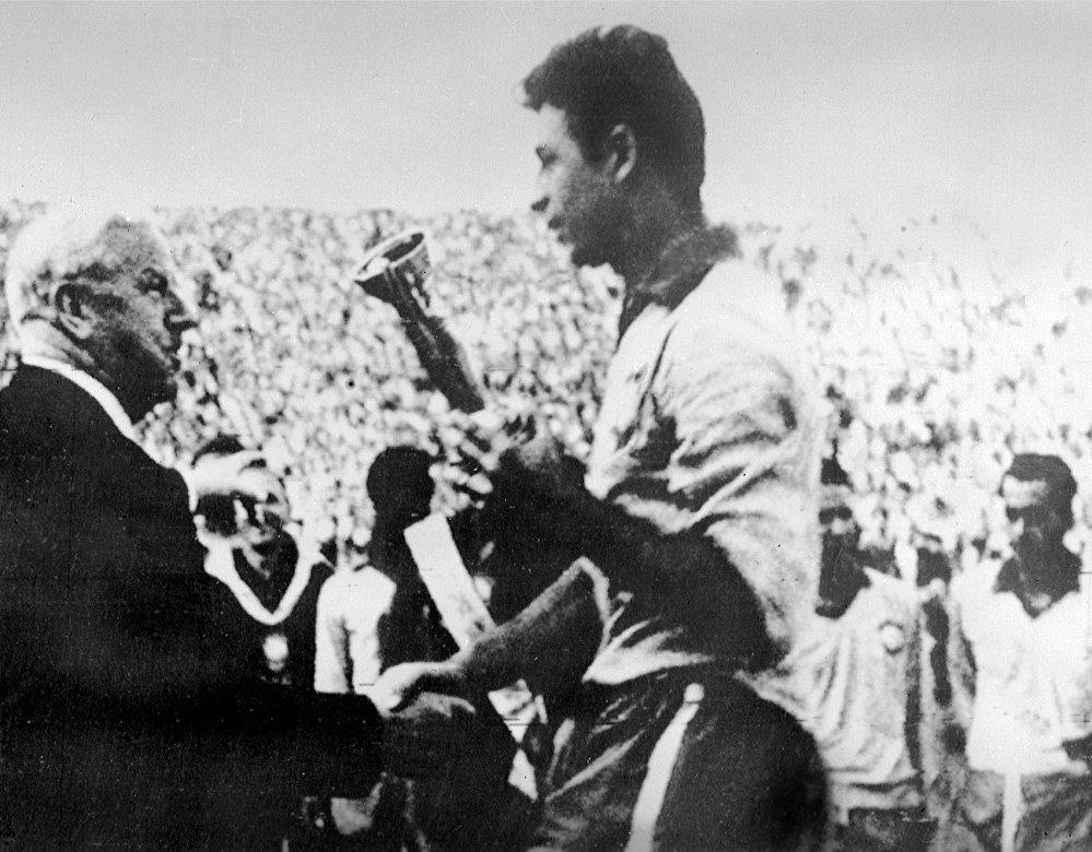 O presidente da Federação Internacional de Futebol (FIFA), o inglês Stanley Rous, parabeniza o capitão da seleção brasileira, Mauro, depois de entregar a Taça Jules Rimet em 17 de junho de 1962, em Santiago, após a vitória do Brasil sobre a Tchecoslováquia (3 a 1).
