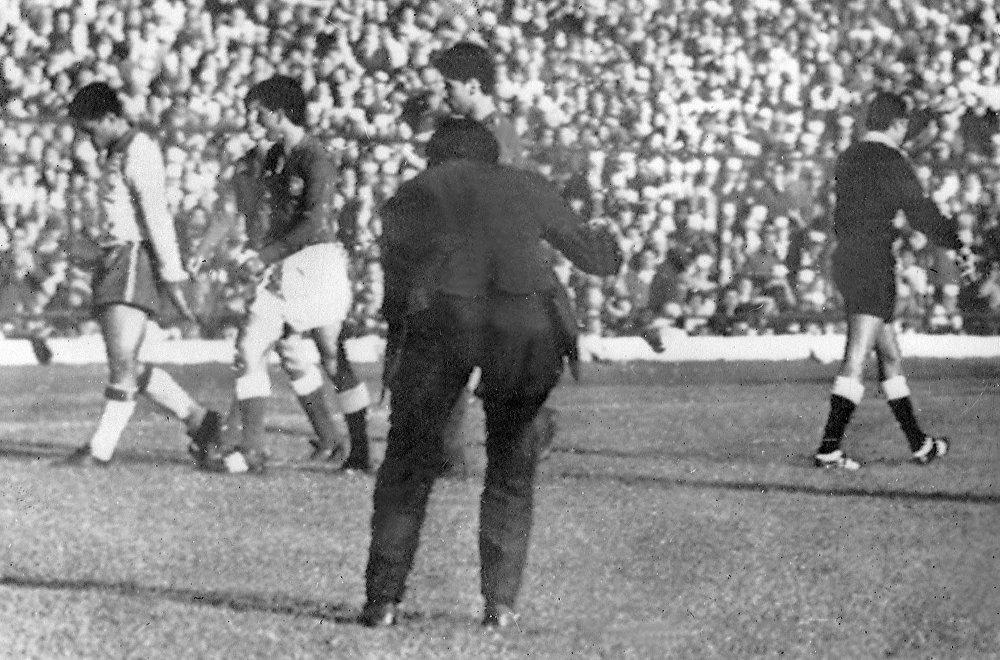 Garrincha deixa o campo cabisbaixo após ter sido expulso pelo árbitro peruano Arturo Yamasaki em 13 de junho de 1962, em Santiago, durante a semifinal da Copa do Mundo contra o Chile. Garrincha marcou os dois primeiros gols do Brasil e o atacante Vavá, os dois últimos, levando a Seleção à final por um placar de 4x2.