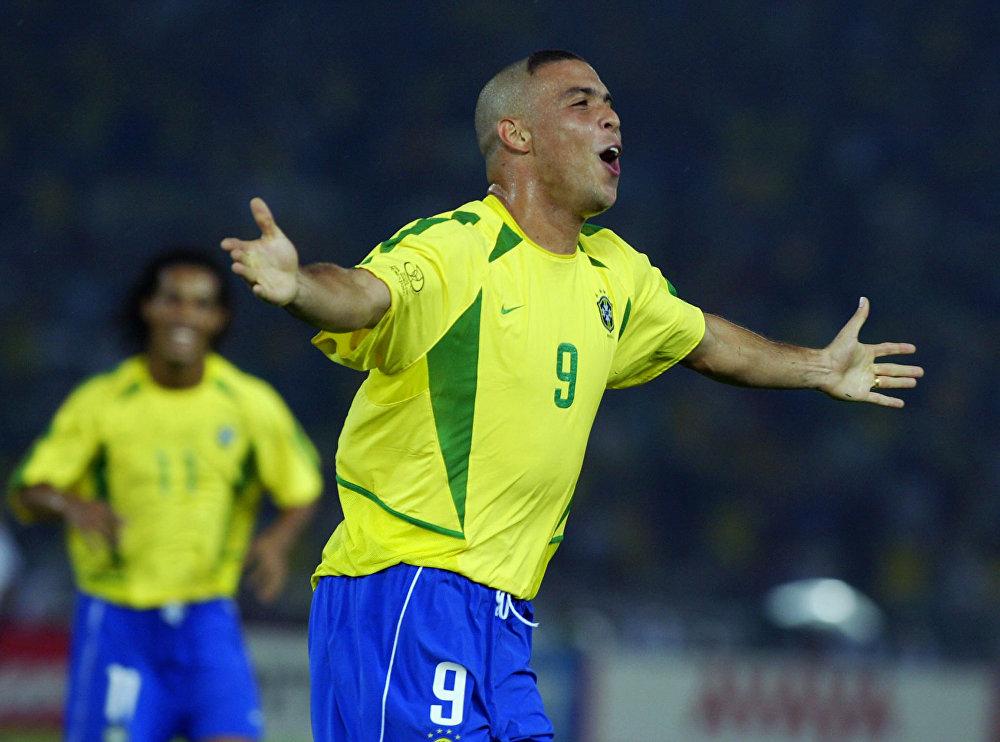 Ronaldo comemora depois de marcar o segundo gol brasileiro em 30 de junho de 2002, durante a final Alemanha/Brasil na Copa do Mundo de 2002. O Brasil conquistou seu quinto título, batendo a Alemanha por 2x0.