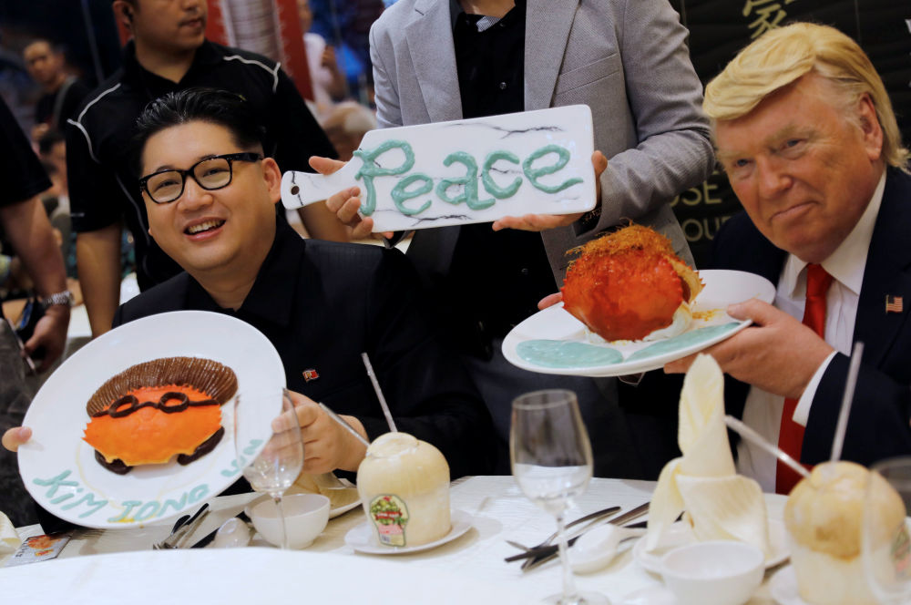 Sósias de Donald Trump e Kim Jong-un em um restaurante em Singapura, nas vésperas da histórica cúpula bilateral, que ocorrerá em 12 de junho