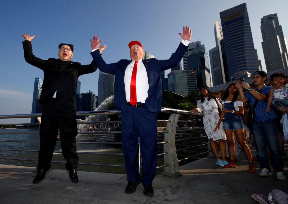 Sósias de Donald Trump e Kim Jong-un passeiam por Singapura nas vésperas da histórica cúpula bilateral, que ocorrerá em 12 de junho