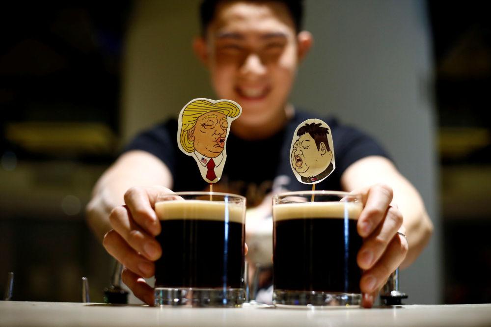 Coquetéis em um bar singapuriano, com apresentação dedicada à histórica cúpula entre Donald Trump e Kim Jong-un, que ocorrerá em 12 de junho