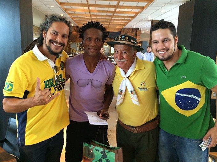 Clovis Fernandes com outros fãs da seleção