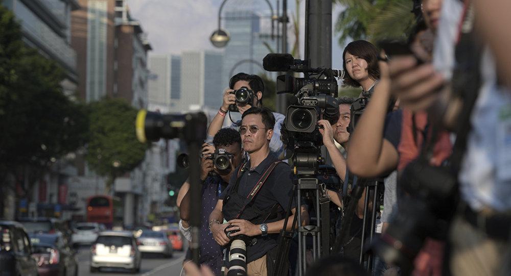 Jornalistas esperam pelo líder norte-coreano Kim Jong-un perto do Istana, ou Palácio Presidencial, em Singapura