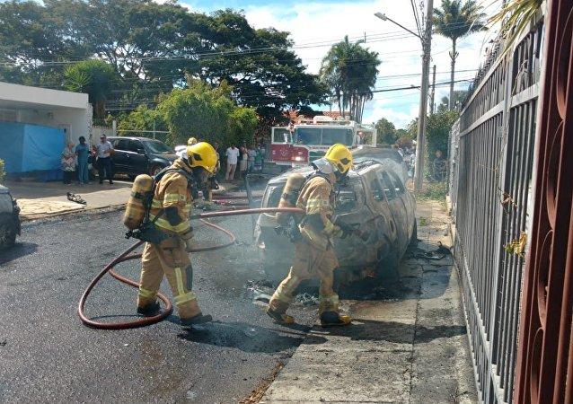 Carros incendiados perto da Embaixada da Guiné em Brasília