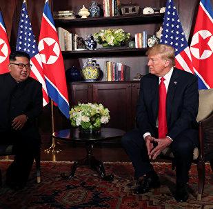 Kim Jong-un e Donald Trump falam brevemente com jornalistas antes de encontro histórico
