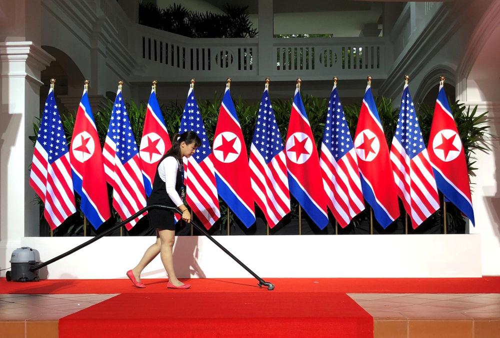 Funcionário limpando o local onde se deu a cúpula histórica entre Donald Trump e Kim Jong-un em Singapura, em 12 de junho de 2018