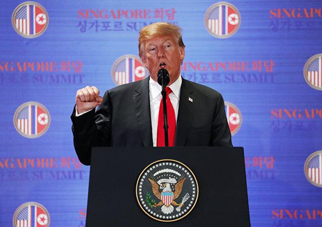 Coletiva do presidente estadunidense Donald Trump após as negociações bilaterais com o líder norte-coreano Kim Jong-un, em 12 de junho de 2018, em Singapura