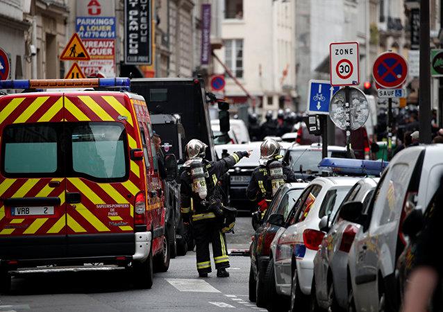 Bombeiros e policiais fazem operação em local onde homem armado fez reféns em Paris, 12 de junho, 2018