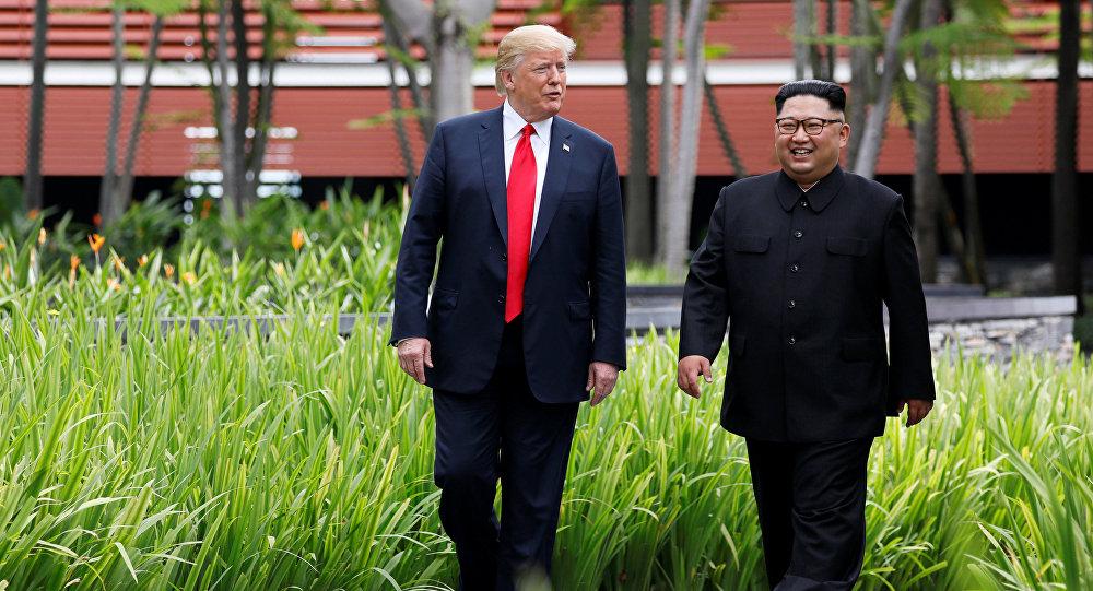 Líder norte-coreano, Kim Jong-un, e o presidente estadunidense, Donald Trump, passeiam pelo pátio do hotel Capella após o almoço de negócios, durante a cúpula histórica em Singapura, em 12 de junho de 2018.