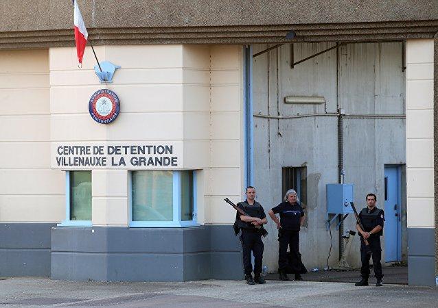 Policiais em frente à entrada da prisão Villenauxe-la-Grande, no leste da França (foto de arquivo)