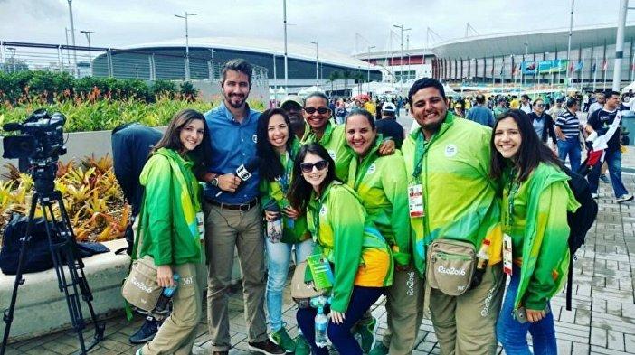 Letícia Avelina com outros voluntários da Copa do Mundo 2018 na Rússia