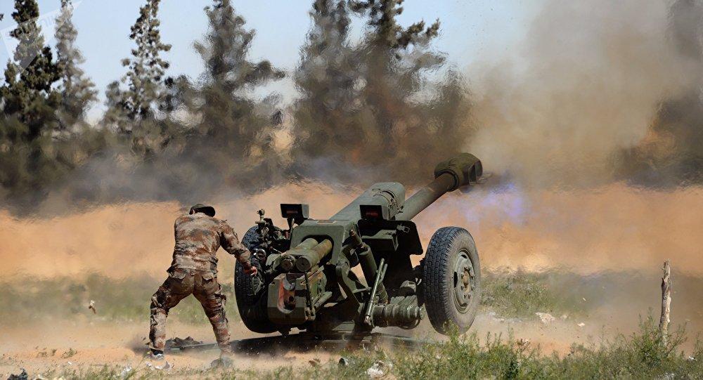Militar sírio lança fogo da peça de artilharia nos arredores de Palmira, Síria, 14 de março de 2016