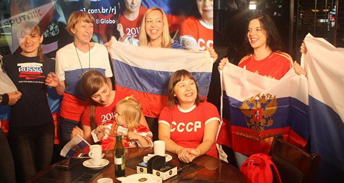 Torcedores animados para a partida de abertura da Rússia contra a Arábia Saudita.