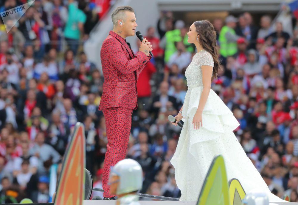 O cantor Robbie Williams e a cantora de ópera Aida Garifullina se apresenta na cerimônia de abertura da Copa do Mundo de 2018 no estádio Luzhniki
