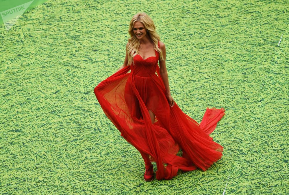 Embaixadora da Copa do Mundo de 2018, modelo e apresentadora de TV, Victoria Lopyreva, na cerimônia de abertura da Copa do Mundo de 2018 no estádio Luzhniki