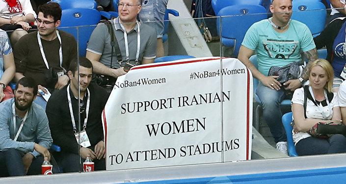 Cartaz da torcida do Irã pede que as mulheres do país possam visitar os estádios iranianos.