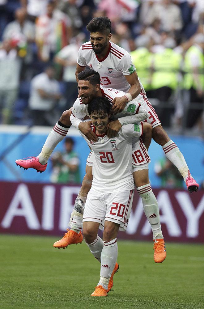 Jogadores do Irã comemoram a suada vitória por um gol de diferença contra o Marrocos.