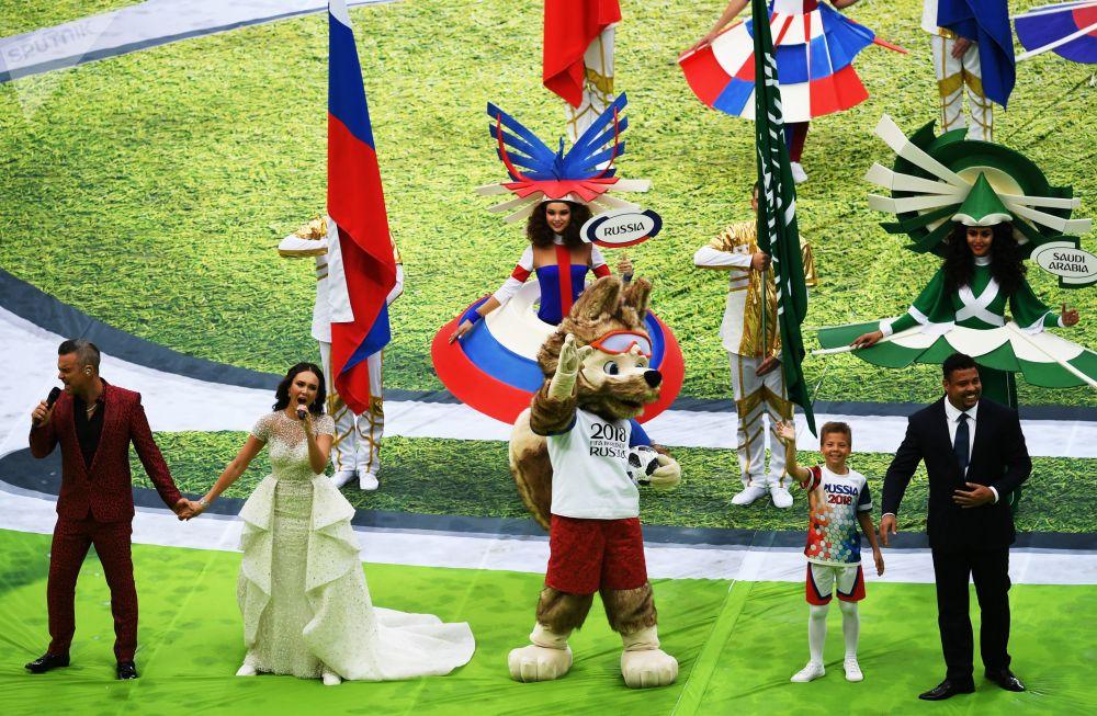 O cantor britânico Robbie Williams e a cantora russa Aida Garifullina atuando na cerimônia de abertura da Copa do Mundo 2018